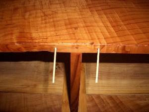古い釘穴の埋め木