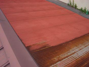 錆止め塗料を塗る途中の錆が浮き出た波板トタン