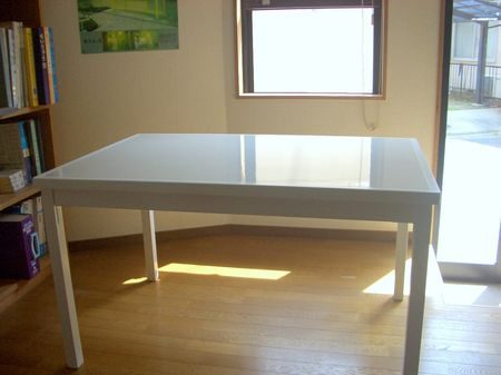 天板にキッチンパネルを使用したダイニングテーブル